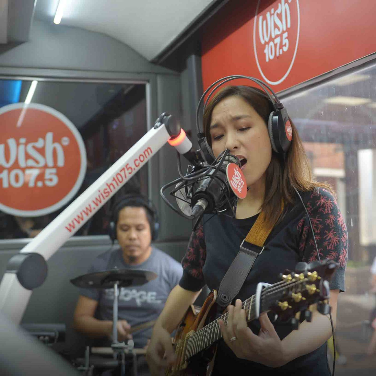 "Rockoustic star Barbie Almalbis returns to the Wish Bus with a nostalgic performance of ""Tabing-Ilog"".  (Photo courtesy of Photoville International)"