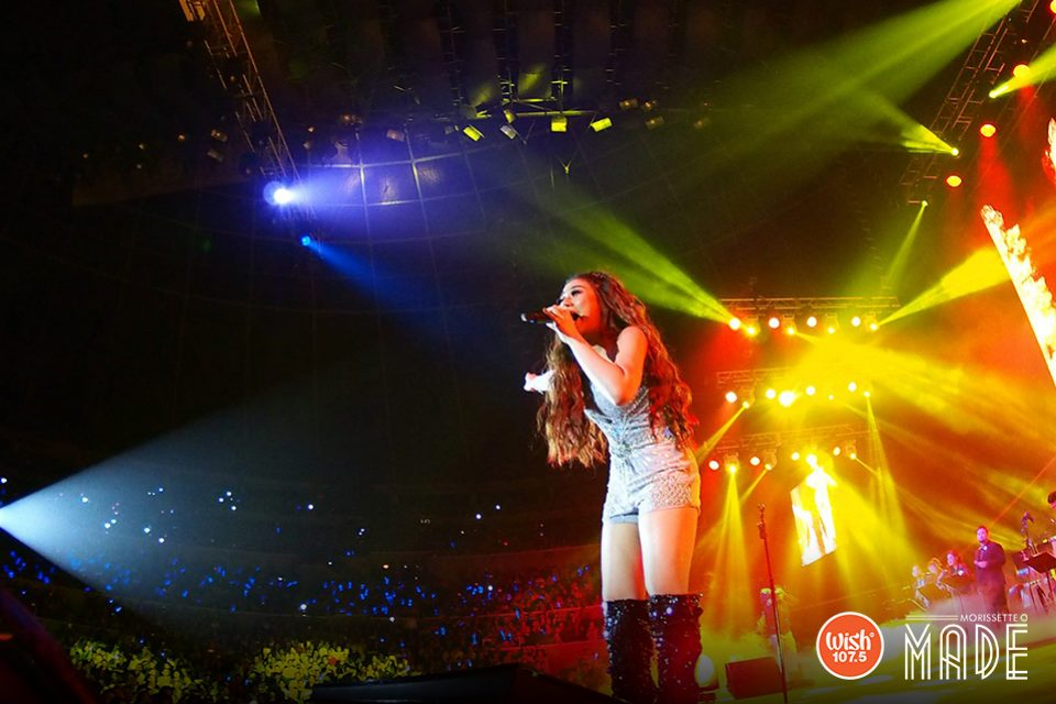 Stellar. A warm set of hues provided the perfect tone for Morissette to show exactly how a solo concert is done!