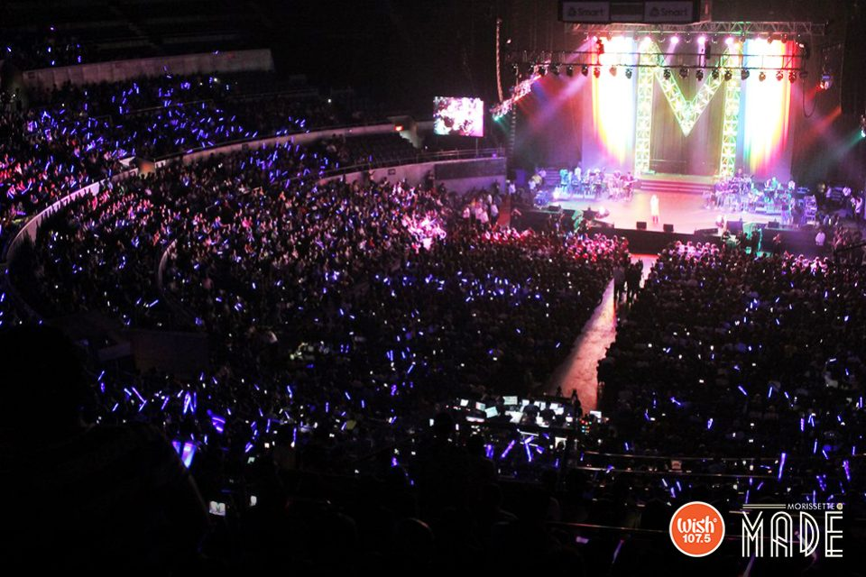 And they light up. Fans and supporters wave their phones and gadgets while enjoying the smooth vocals of Morissette, no doubt a phenomenal sight from an aurally entertained crowd.
