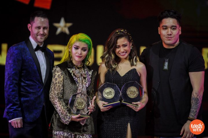 Judges Dan Evans (left) and Shaylem Te Paiho (right) pose with KZ Tandingan and Morissette as the two belters received their Silver Wishclusive Elite Circle awards during the 4th Wish Music Awards held on January 15, 2019 at the SMART-Araneta Coliseum.
