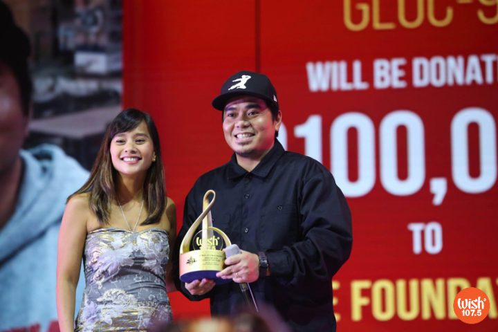 4th WMA Judge Kitchie Nadal presents the Wishclusive Hip-hop Performance of the Year trophy to Gloc-9.