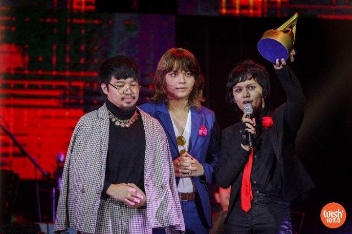 Zild Benitez (right) delivers the IV of Spades' acceptance speech as they bagged the Wish Group of the Year award. Joining him on stage are bandmates Badjao De Castro (left) and Blaster Silonga (center).