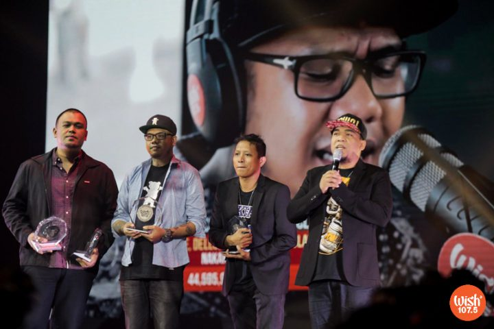 """4th WMA judge Jay Durias presents Silver Wishclusive Elite Circle trophies to hip-hop acts Curse One, Dello, and Flict-G. Together with Smugglaz (not in photo), the three earned the award for their performance of """"Nakakamiss."""""""