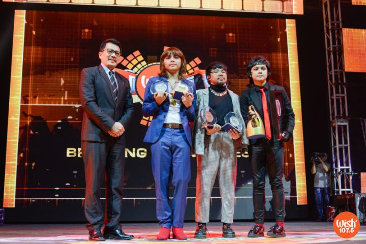 """BMPI President and CEO Kuya Daniel Razon presents the Diamond Wishclusive Elite Circle and Wishclusive Viral Video awards to IV of Spades for their phenomenal Wish Bus rendition of """"Mundo."""" The three also received Bronze, Silver, and Gold Elite trophies."""